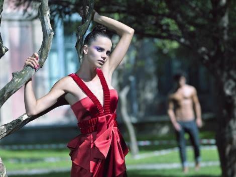 kırmızı göğüs dekolteli yazlık albise