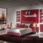 kırmızı ile dekore edilmiş genç odası