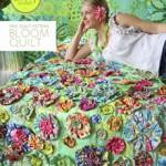 çiçeklerle hazırlanmış patchwork yatak örtüsü