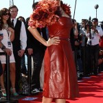 ünlülerin deri kırmızı elbise modelleri
