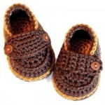 ayakkabı şeklinde düğmeli tığ işi bebek patik modeli
