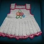 bahçivan askılı tığ işi kız bebek örgü elbise