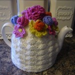 beyaz renkli çiçeklerle örülmüş şık çaydanlık kılıfları