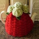 kırımızı renkli krem çiçekli örgü çaydanlık kılıfı örneği