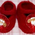 kırmızı kız çocukları için örgü patik modeli