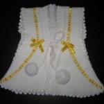 kurdelalı pompomlu beyaz bebek yelek modeli