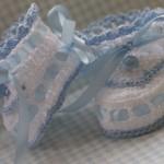 kurdelalı tığ işi bebek patik modelleri