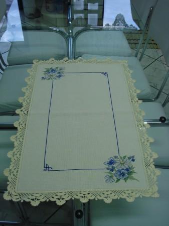 mavi çiçeli uç dantelli kanaviçe masa örtüsü