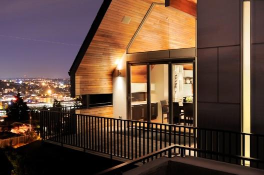 Modern ahşap çatı katı balkon tasarım