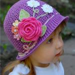 pembe çiçekli kız çocuk örgü şapka modeli