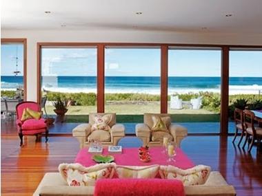 Sar duvarlar ve gri koltuklarla d enmi modern salon rne i for Ev dekorasyonu salon ornekleri