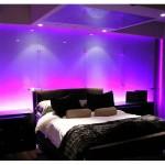 renkli ışıklarla aydınlatılmış şahane bir yatak odası