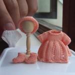 çok sevimli minyatür örgü bebek elbiseleri