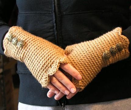 örgülü düğme süslemeli uzun parmaksız eldiven modeli