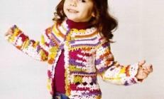 Tığ İşi Tek Düğmeli Renkli Çocuk Kazağı Modeli