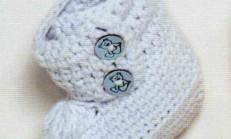 Bilekli İki Düğmeli Mavi Örgü Bebek Patiği Modeli
