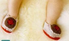 Düğme Süslemeli Renkli Örgü Bebek Patik Modeli