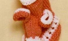 Kulaklı Ponponlu Kız Bebek Örgü Patik Modeli