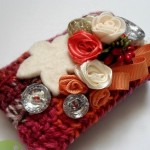 bordo düğme ve çiçeklerle süslenmiş telefon kılıfı örneği