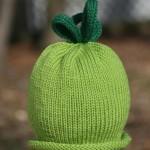 düz yeşil üstü koyu yeşille süslü bebek beresi örneği
