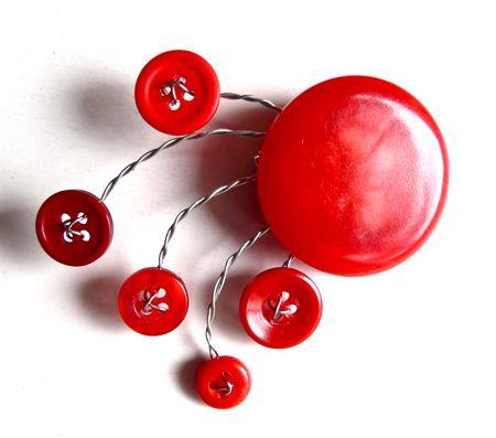 kırmızı düğmeli broş modeli örneği
