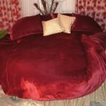 kırmızı kadife çekici yuvarlak yatak örtüsü