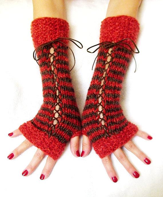 kırmızı siyah şiş örme bağcıklı parmaksız uzun eldiven örneği