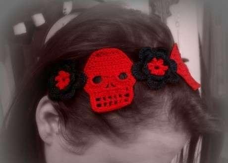 kırmızı siyah kuru kafalı taç örneği