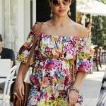 omuzları açık kayık yakalı çiçekli şık elbise modeli