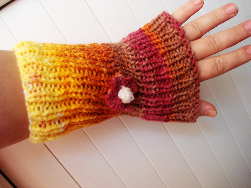 rengarenk örgü çiçek motifli parmaksız uzun örgü modeli