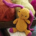 sarı pembe kulaklı rengarenk örgü oyuncak örneği