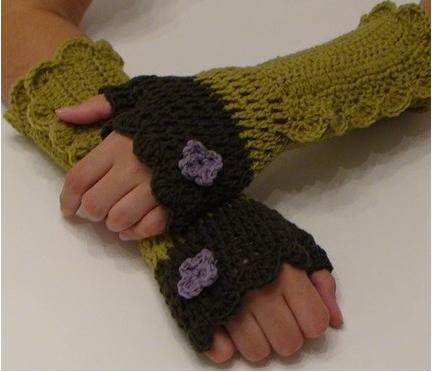 tığ örgülü çiçek motifli parmaksız uzun eldiven örneği