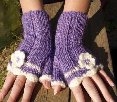 tığ işi mor beyaz çiçek motifli parmaksız uzun eldiven modeli