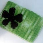 yeşil ebruli iple örüşmüş siyah çiçekli telefon kılıfı örneği