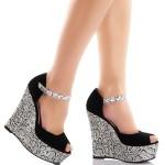 Siyah ve beyaz renkli yılan dokulu dolgu topuklu ayakkabı (1)