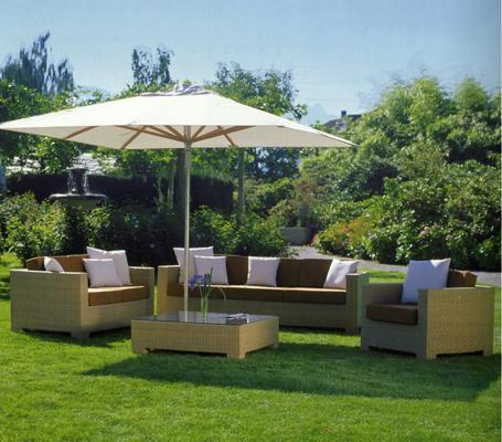açık renk hasır bahçe mobilyası şemsiyeli
