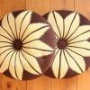 şiş ile örülmüş çiçek desenli kahve bej yastık örneği