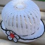beyaz örgü motif süslemeli şapka
