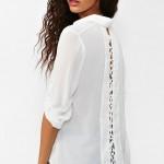 beyaz sırtta örgü detaylı bluz modeli