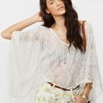 beyaz yarasa kollu bluz ve çiçekli şort modeli