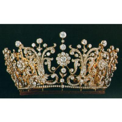 en şık kıymetli kraliçe tacı modelleri