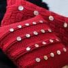 kırmızı şiş ile örülmüş sedef düğmelerle süslenmiş dekoratif yastık