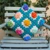 mavi süslemeli motifli şık örgü yastık modelleri