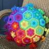 rengaren motifli örgü yastık çeşitleri