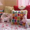 renkli motiflerle dekoratif örgü yastıklar