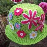 yeşil rengarenk motif süslemeli şapka modeli