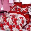 beyaz ve kırmızı güllerle bezeli yatak örtüsü