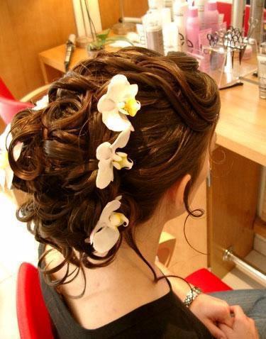 çiçek aksesuarlı gelin saçı modeli