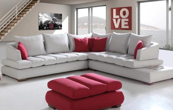 Beyaz koltuk ve kırmızı puf