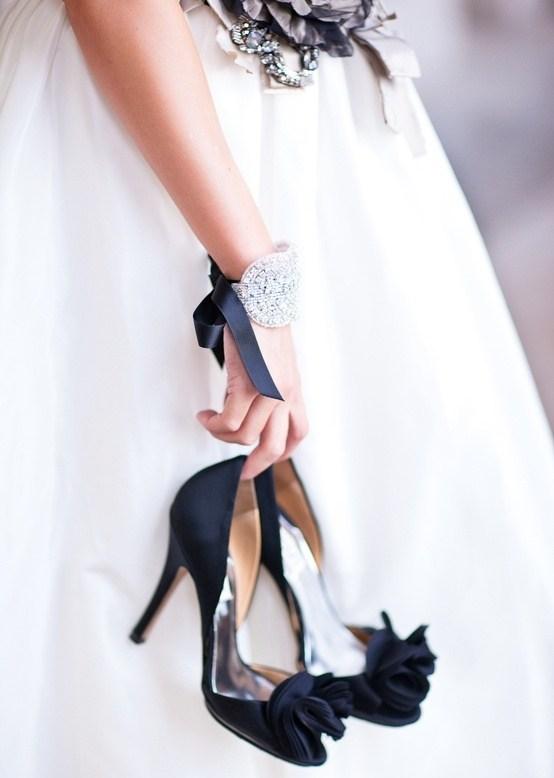 siyah önü çiçek detaylı ayakkabı modeli